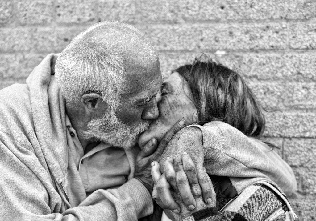 UE120 Agnieszka Furtak 291112 Homless Couple Kissing on Chicago Street